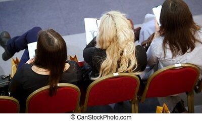 hall., formation, business, séance, trois, début, attente, fauteuils, rouges, femmes