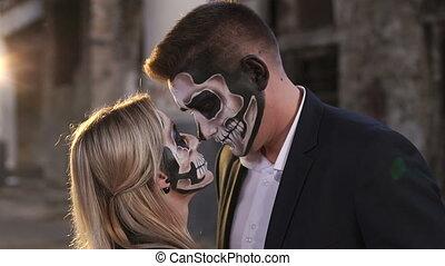 halloween., abandonnés, crâne, couple, maquillage, fond, bâtiment.