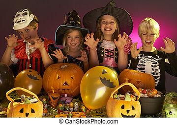 halloween partia, z, dzieci, chodząc, fantazja, kostiumy