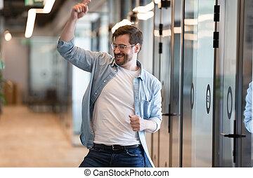 hallway, moderne, voelt, arbeider, verrukt, mannelijke , gekke , dancing, kantoor