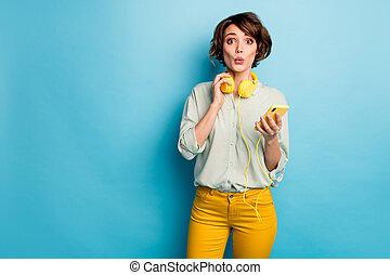 halten, lied, qualität, hose, mã¤nnerhemd, farbe, technologie, hintergrund, modern, gelber , hören, telefon, foto, blaues grün, dame, mund, freigestellt, tragen, beiläufig, klingen, kopfhörer, hübsch, kühl, rgeöffnete