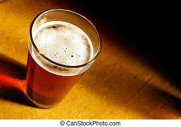 halvstop, av, bärnsten, öl, nära, bubblar, ar, skarp