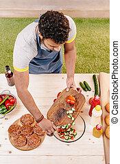 hambúrgueres, corte, despesas gerais, vermelho, ao ar livre, fazer, homem, tomates, vista