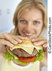 hamburger, donna, mezzo, macchina fotografica, adulto, presa a terra, sorridente