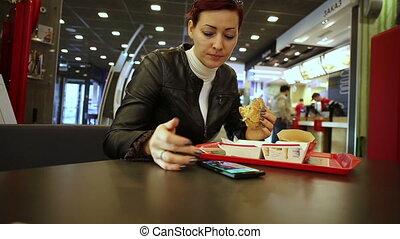 hamburger, femme, smartphone, manger, utilisation