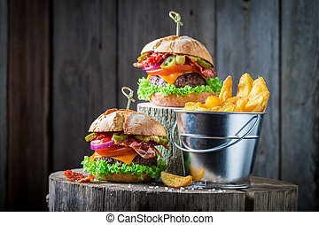 Hamburger made of lettuce, beef and cheese served with chips