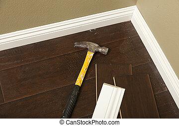 hamer, bevloering, het boetseren, laminaat, plint, nieuw