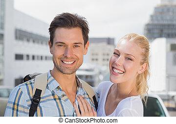 hanche, couple, appareil photo, jeune, sourire