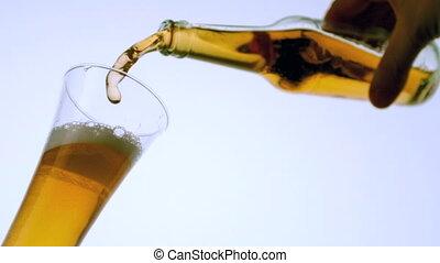 hand, gieten, flesje bier, in, gl
