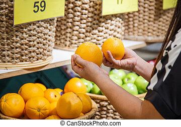 hand holding, orange, in, kaufhaus