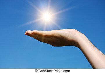 hand, houden, tegen, blauwe hemel