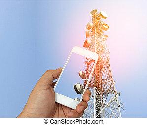 hand houdend, de, smartphone, op, telecommunicatie, radio, antenne, achtergrond, met, barsten, licht