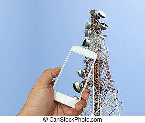 hand houdend, de, smartphone, op, telecommunicatie, radio, antenne, achtergrond