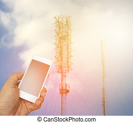 hand houdend, de, smartphone, op, vaag, telecommunicatie, radio, antenne, achtergrond, met, barsten, licht