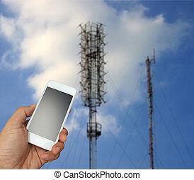 hand houdend, de, smartphone, op, vaag, telecommunicatie, radio, antenne, achtergrond