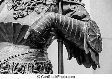 hand, in, pansar, av, den, medeltida, riddare, staty