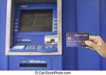 hand, infogar, med, a, kreditkort, in i, strand maskin, ., man, användande, en, atm maskin, med, kreditkort, till undandra, pengar