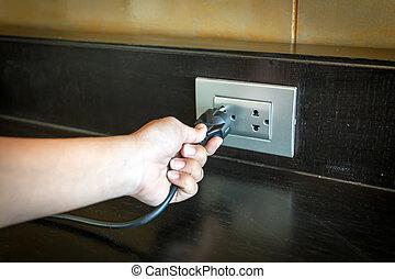 hand, invoegen, een, elektrische plug, in, een, muur,...