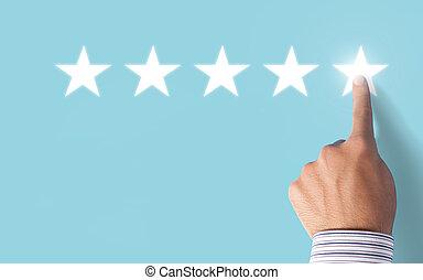 hand, kies, 5, sterretjes, classificatie, op, blauwe achtergrond, -, positief, terugkoppeling