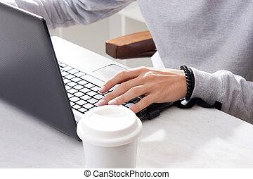 hand, laptop tastatur, in, closeup