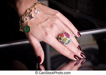 hand, met, gouden, juwelen, op, black