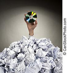 hand, mit, cd, reichweiten, heraus, von, haufen, von, papiere