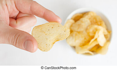 hand, mit, kartoffelchip