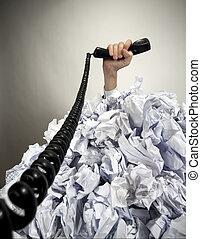hand, mit, telefon, reichweiten, heraus, von, haufen, von, papiere
