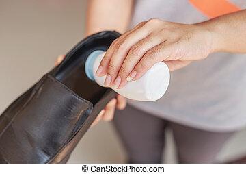 Hand put powder to a shoe, odor stop