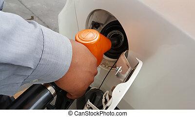 hand, refilling, de, auto, met, brandstof