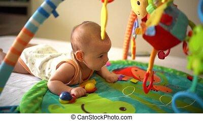 hand, spiel, entwicklung, rasseln, kriechen, matte, baby, schwierig