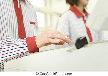 hand, von, geschäft ecke, verkäufer, tippen, registrierkasse