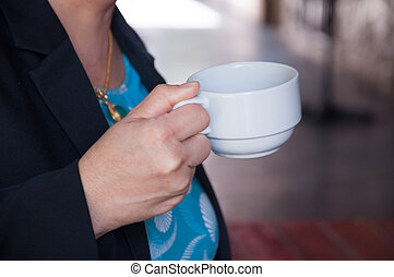 hand women holding a cup of coffee