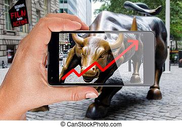 hand, zeigt, smartphone, schirm, an, stier, von, wall street, in, new york, ausstellung, wachsen, bestandstabelle