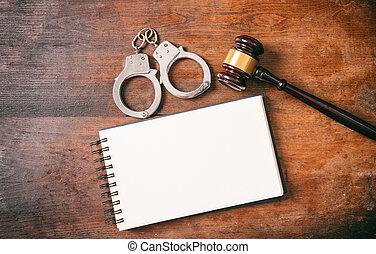 handcuffs, gavel, en, aantekenboekje, de ruimte van het exemplaar, op, een, houten, achtergrond.