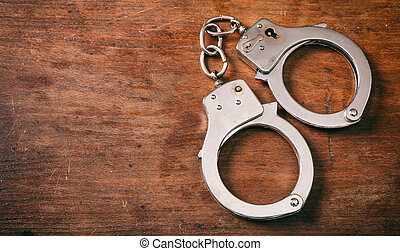 handcuffs, vrijstaand, en, de ruimte van het exemplaar, op, een, houten, achtergrond.