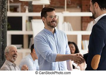 handdruk, kantoor, krijgen, arbeider, directeur, bevorderde, rewarded, mannelijke , vrolijke