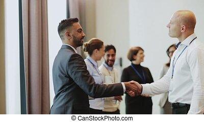 handdruk, van, zakenlieden, op, handelsconferentie
