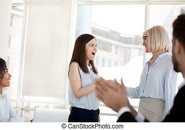 handdruk, vrouw zaak, van middelbare leeftijd, congratulat, werknemer, opgewekte