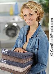 handduk, kvinnlig, arbetare, kamera, ren, holdingen, le