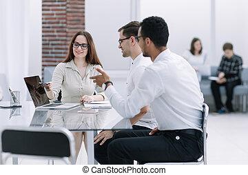 handel team, bespreekt, nieuwe ideeën, op, de, werkende , vergadering