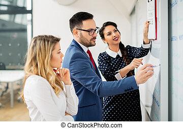handel team, het bespreken, de, presentatie, van, een, nieuw, financieel, plan, op, een, werkplaats, op, kantoor