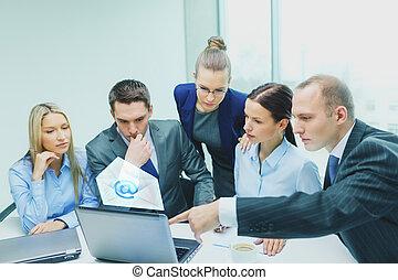 handel team, met, draagbare computer, hebben, discussie