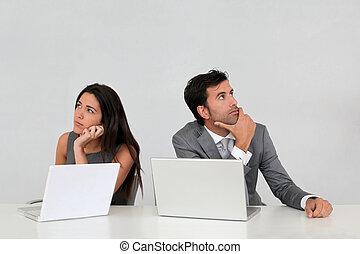 handel team, met, onzeker, blik