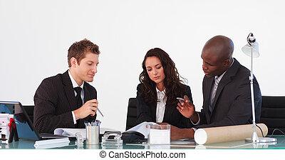 handel team, sprekend aan, elkaar, in, een, vergadering