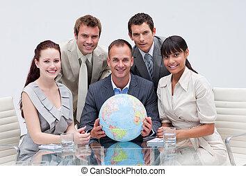 handel team, vasthouden, een, aards, globe., globale zaak
