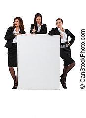 handel vrouwen, stond, met, leeg bericht, plank