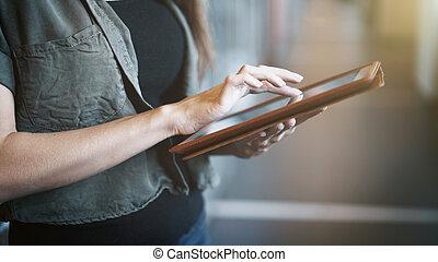 handen, close-up, tablet, binnen, moderne, vrouwlijk, digitale , gebruik