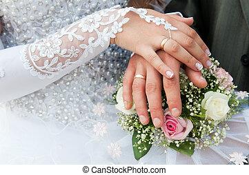 handen, en, ringen, op, trouwboeket