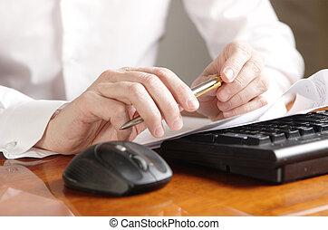 handen, met, document, op, een, computer toetsenbord